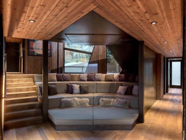 Un espace lounge aménagé en escalier