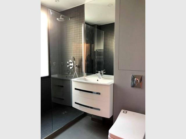 Une salle de bains contemporaine et esthétique
