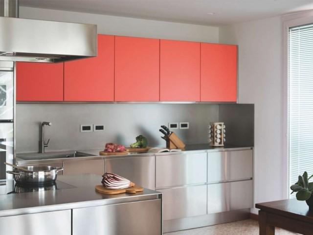 Mobilier de cuisine sur-mesure au coloris proche du Living Coral