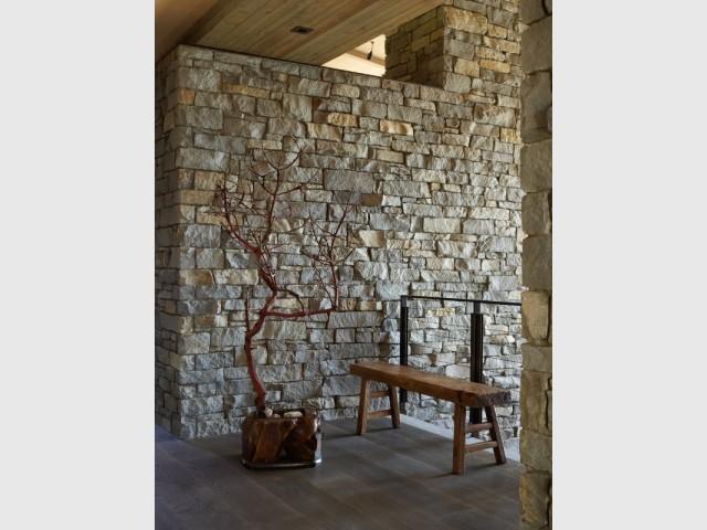 Deux murs de pierre épais pour structure la maison