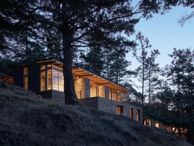 Le débord du toit protège la terrasse des rayons du soleil d'été
