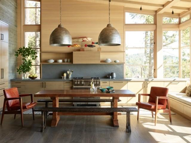 La cuisine reprend les codes de l'architecture, bois et pierre