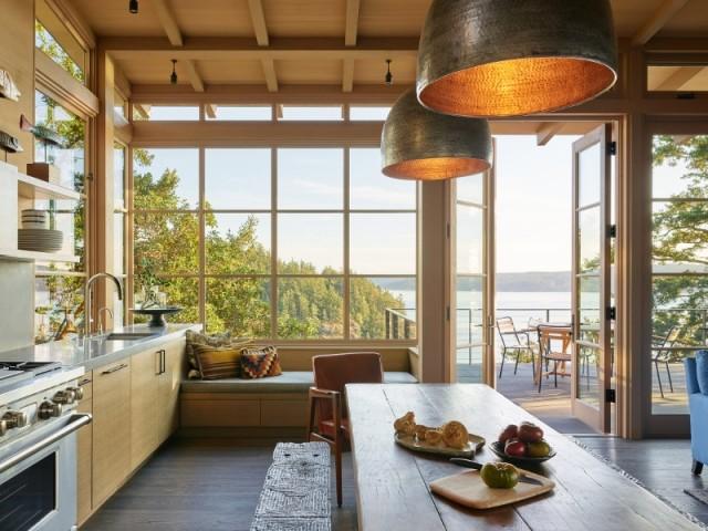 La cuisine ouverte sur le salon profite de la terrasse