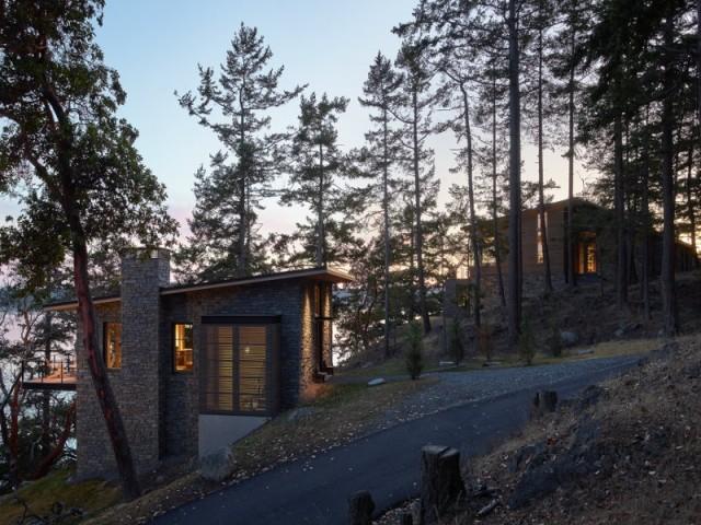 Les deux maisons sont posées sur un terrain particulièrement pentu