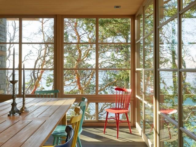 Une salle à manger de verre avec vue imprenable sur la baie