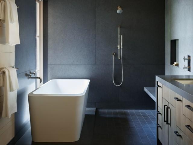 Une salle de bains contemporaine à l'étage inférieur