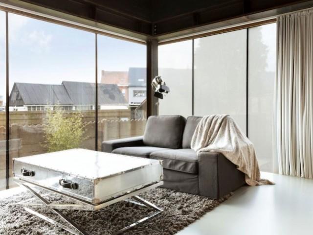 Un tissu autocollant qui remplace le voilage sur les vitres d'un salon
