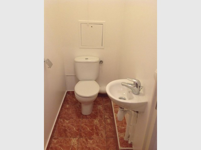 Avant : des toilettes sommaires et démodées