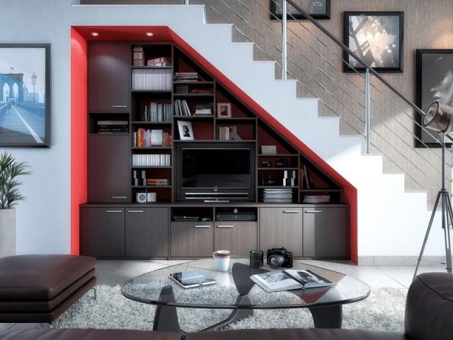 Un coin TV installé sous l'escalier dans le salon