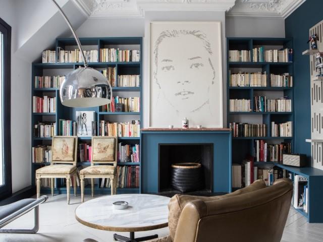 Un bleu très clair presque gris a été préféré au traditionnel blanc sur les murs, pour mettre en valeur le bleu Stromboli