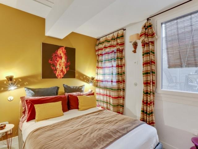 Après : une chambre dynamisée par la couleur