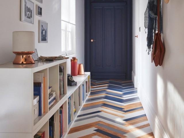 Un couloir au parquet coloré pour dynamiser cet espace perdu