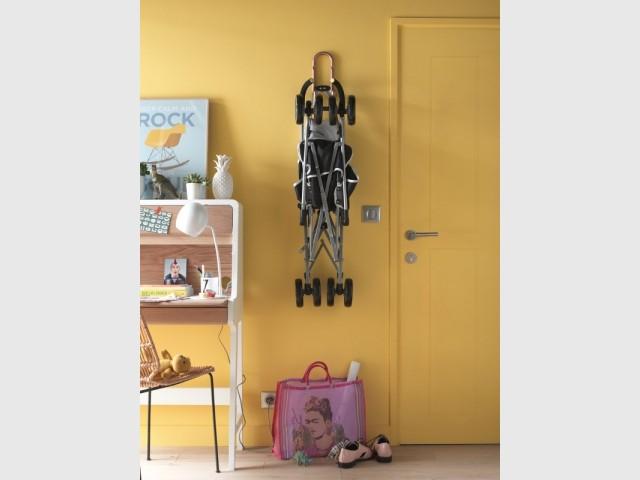 Les fixations en hauteur permettent de gagner des espaces de rangement dans un couloir