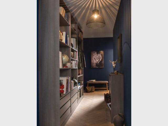 Dans un couloir un peu large, on peut installer des rangements contre les deux murs