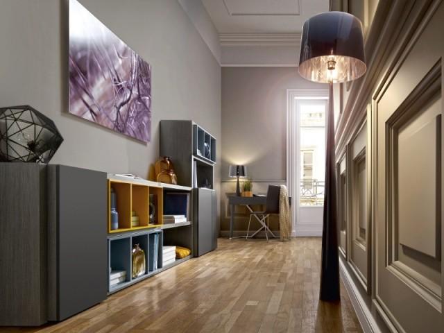 Ce couloir ouvrant sur le salon est aménagé avec des meubles bas