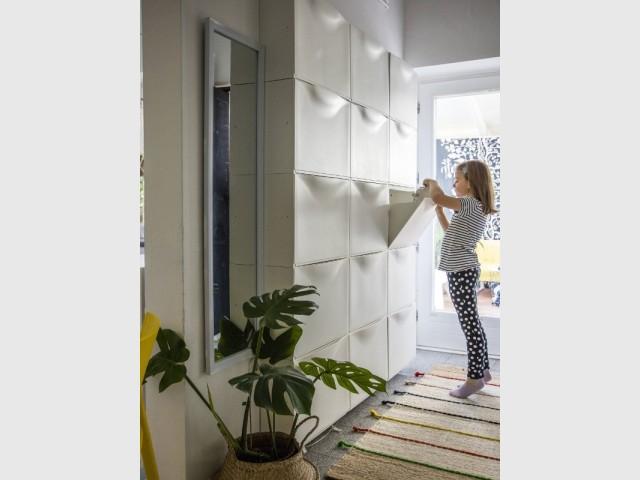 Des rangements jusqu'au plafond pour optimiser l'espace perdu dans le couloir