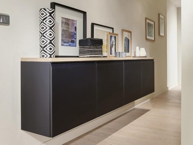 Un meuble suspendu permet de créer un rangement dans un couloir avoir l'impression de perdre de l'espace