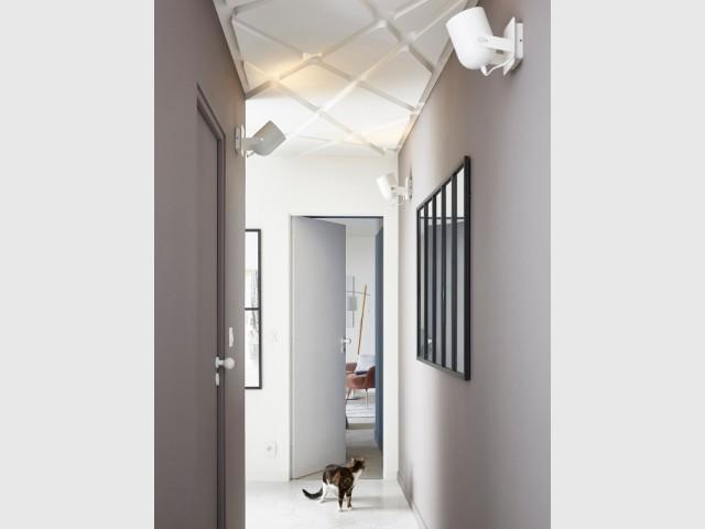 Les spots et le miroir permettent de faire rentrer la lumière dans un couloir sombre