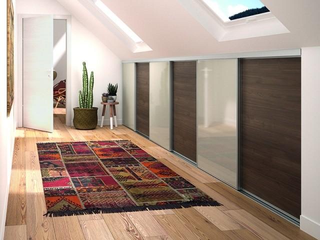 Dans un couloir sous pente, créer des rangements permet d'optimiser l'espace