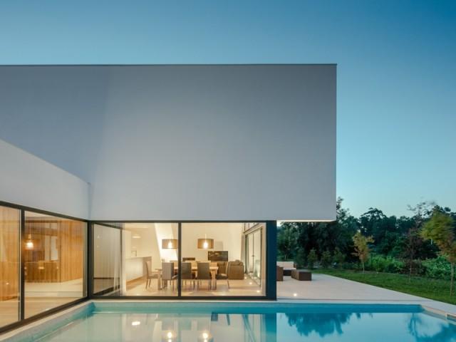 Une vaste piscine prolongée par une terrasse
