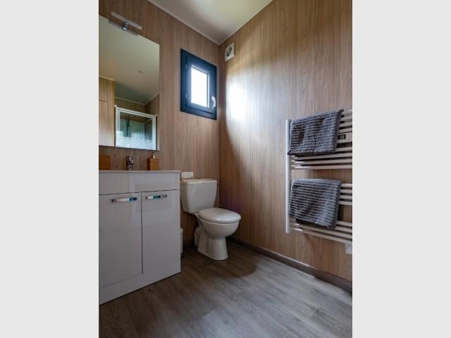 La salle de bains est fonctionnelle et contemporaine