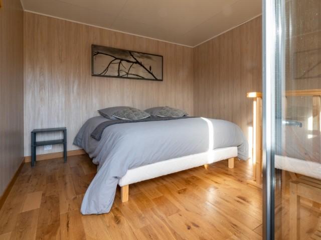 A l'étage, la chambre est installée dans la mezzanine