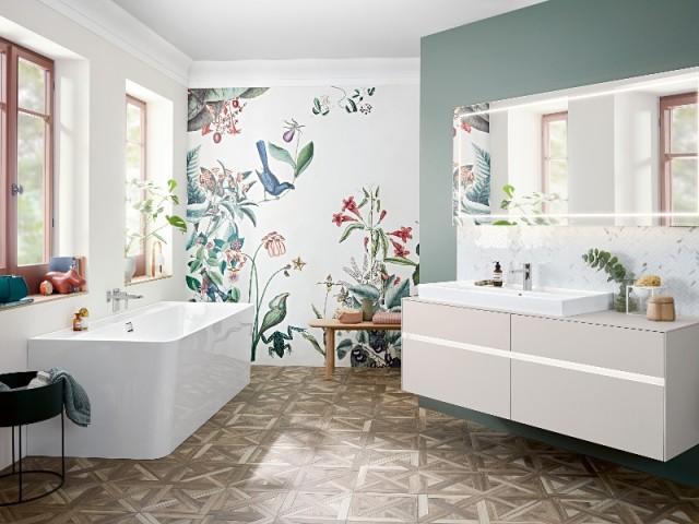 Du papier peint fleuri et végétal dans une salle de bains moderne