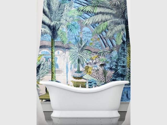 Un papier peint façon jungle colorée dans une salle de bains