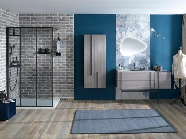 Du papier peint comme une aquarelle dans la salle de bains