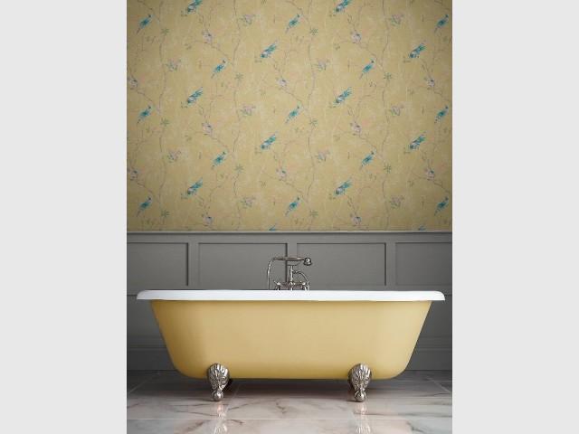 Un papier peint assorti à la couleur de la baignoire