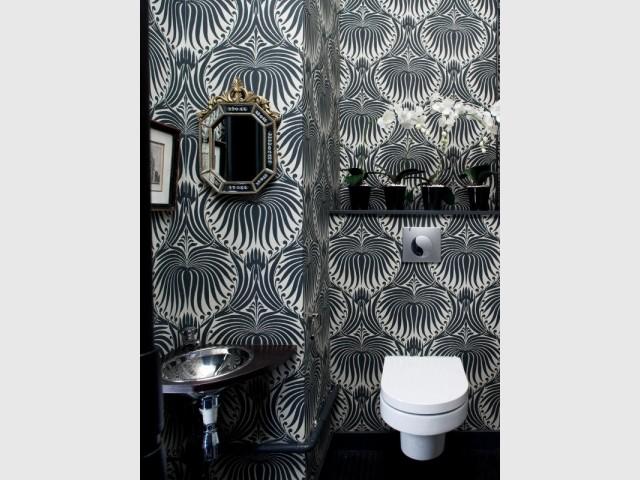 Du papier peint baroque dans une salle de bains avec WC