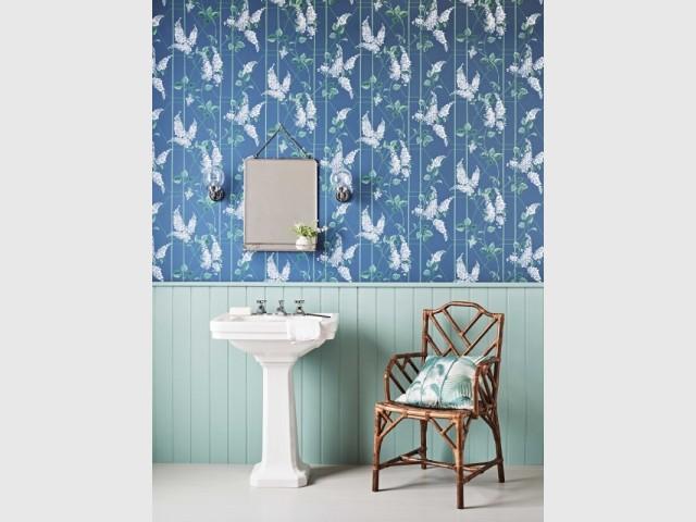 Du papier peint vintage dans une salle de bains à l'ancienne