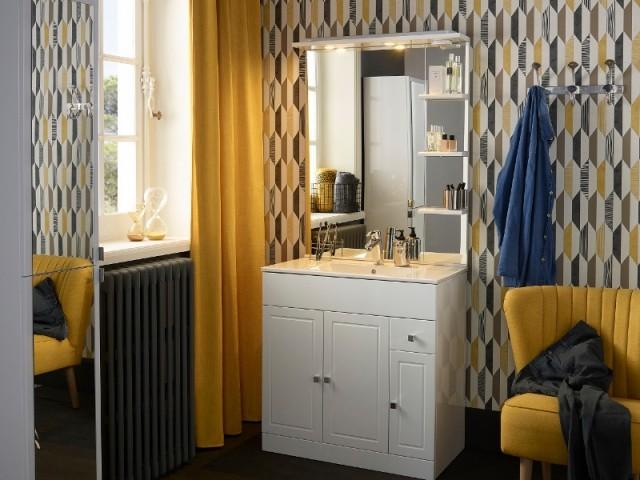 Un papier peint graphique vintage dans une salle de bains moderne