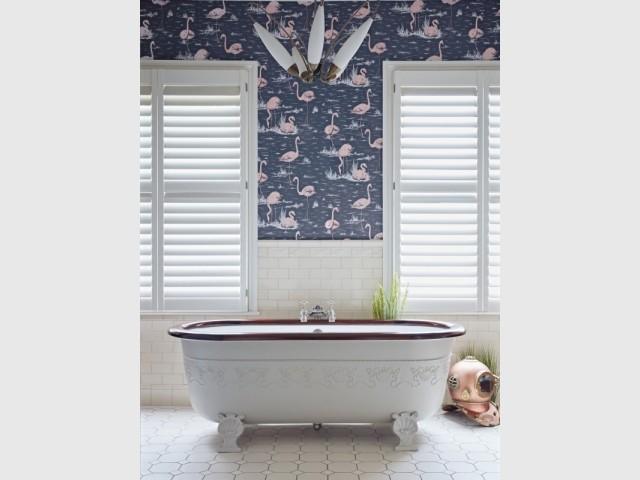 Du papier peint flamant rose dans une salle de bains vintage