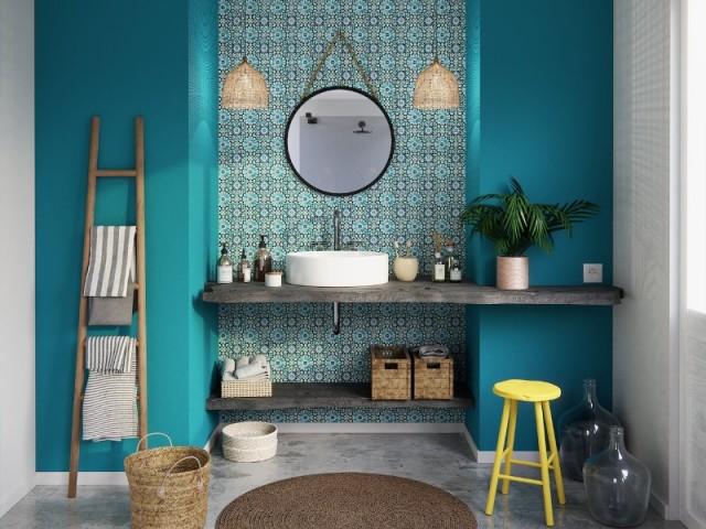 Un papier peint carreaux de ciment dans une salle de bains colorée