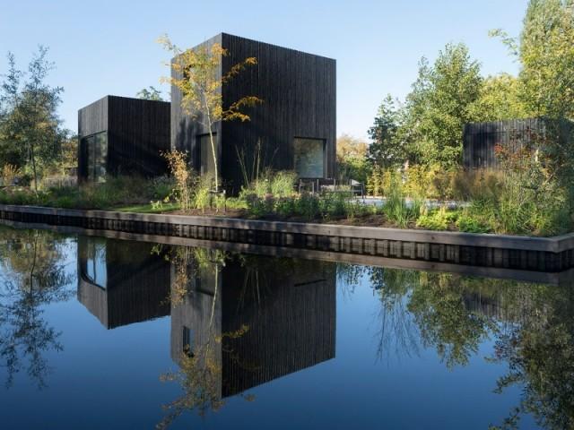 Reflet de la Tiny holiday home dans le lac de Baambrugse Zuwe aux Pays-Bas