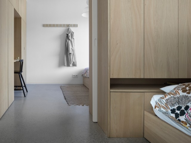 Dans les chambres, bois, béton et peinture blanche prédominent