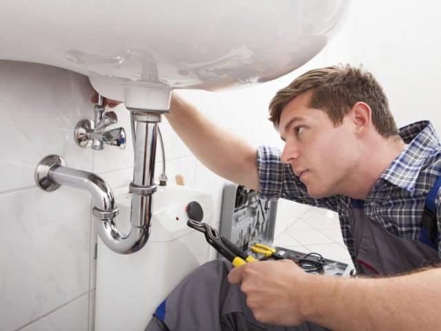 Faire appel à un artisan plombier pour faire réparer une fuite