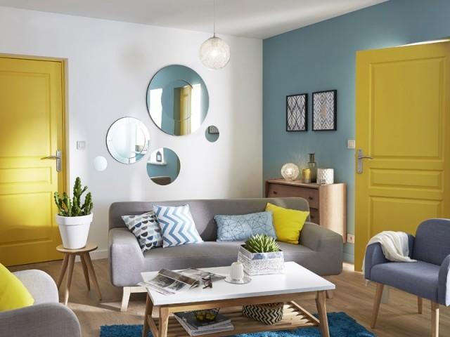 Des portes jaunes pour illuminer le salon