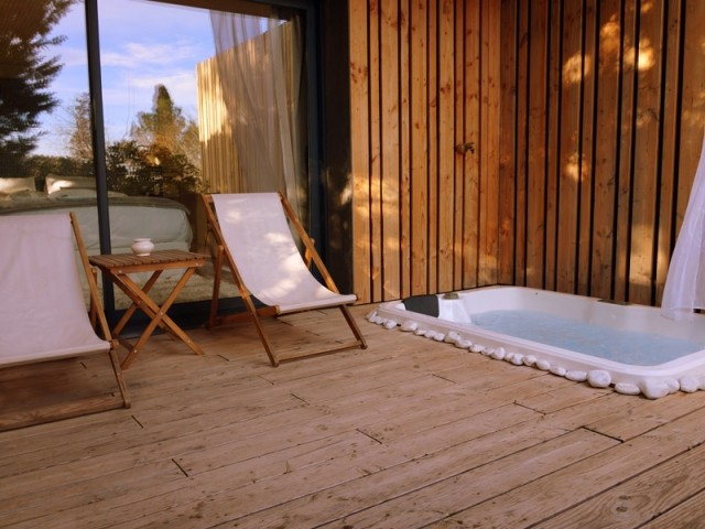 Une terrasse privée avec spa