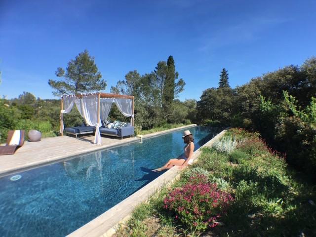 Une piscine de 20 mètres de long