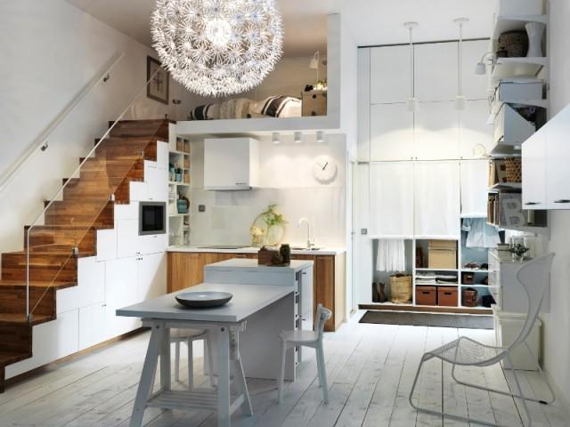 Une cuisine installée sous l'escalier