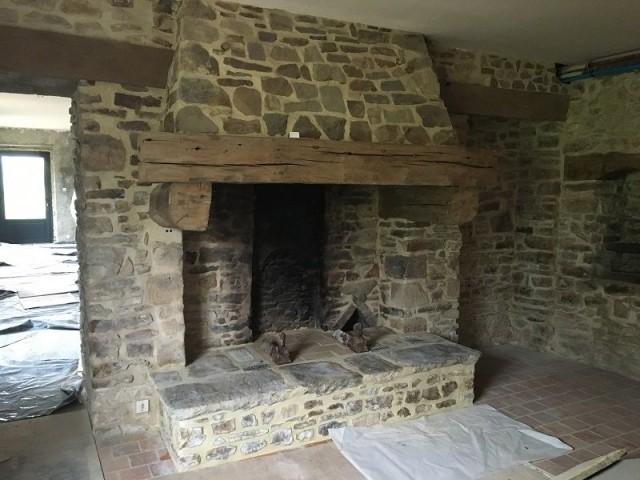 Avant : un intérieur avec tomette au sol et cheminée d'antan - Clos l'Abbé avant travaux