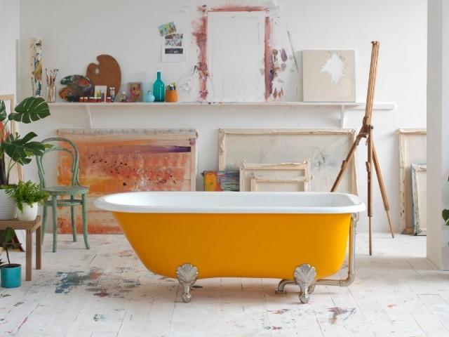 Une baignoire jaune vif, grande tendance exposée à l'ISH 2019 à Francfort
