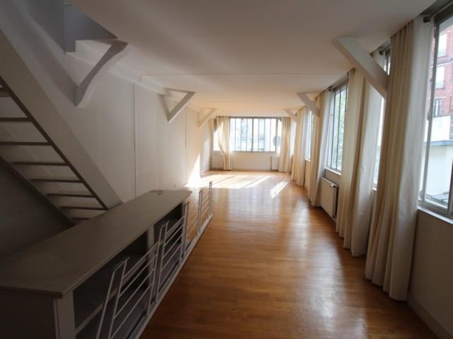 Au premier étage, le salon était tout en longueur et peu accueillant