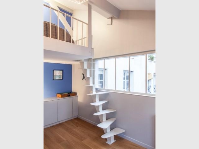 Une mezzanine sous les toits permet de créer un coin nuit et libérer de la place au sol