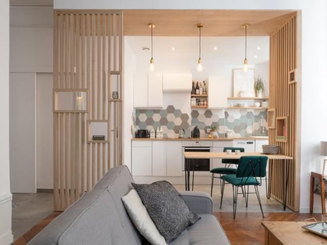 Deux claustras et un placage bois au plafond de la cuisine