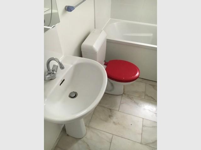 Avant : une salle de bains ancienne