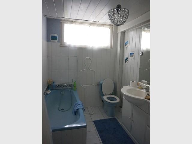 Avant : une salle de bains en très mauvais état
