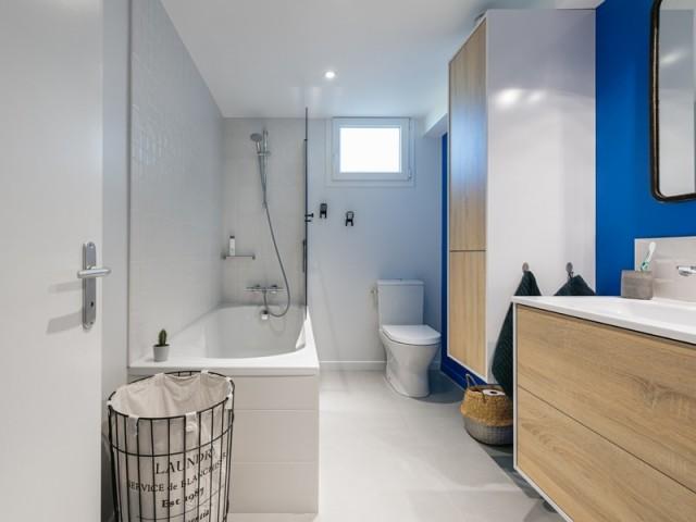 Après : une salle de bains moderne très lumineuse